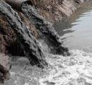 Acque-nere-sversate-in-corso-di-acque-superficiali